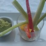 Guacamole amb bastonets d'àpit, pebrots i cogombre