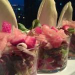 Ensalada de salmón ahumado con frutos rojos